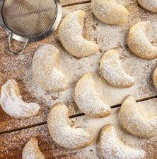 Οι Έλληνες της Αλεξάνδρειας έφτιαχναν αυτούς τους κουραμπιέδες κάθε Χριστούγεννα με άφθονη καρύδα και συχνά ραντισμένους με λίγο ανθόνερο