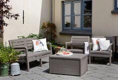 Bruine loungeset met kussenbox die ook perfect fungeert als bijzettafel #garden #loungen
