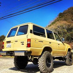 Big and yellow. @chabohouse62v  #crawlandhaul #adventure #adventuremobile #explore #wander #offroad #offroading #tactical #everydaycarry #solidaxle #prerunner #overland #overlanding #crawler #rockcrawler #flex #flexing #4x4 #4wd
