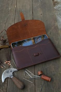 Etsy の Hand Stitched Leather iPad/iPad 2 Case by JWLeathersmith