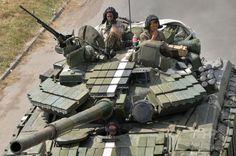 ウクライナ東部ドネツク(Donetsk)州コンスタンチノフカ(Konstantinovka)を通過する同国軍の兵士ら(2014年7月21日撮影)。(c)AFP/GENYA SAVILOV ▼25Jul2014AFP|「ロシア領内からウクライナ砲撃」、証拠あると米政府 http://www.afpbb.com/articles/-/3021433