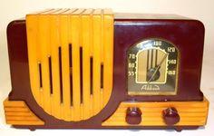 Art Deco Bakelite Radio by Addison. Frank Lloyd Wright, Belle Epoque, Tvs, Poste Radio, Retro Radios, Old Time Radio, Nostalgia, Record Players, Tecno
