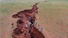 A giant earth crack has been spotted in Northern Cape along the R31 between Daniëlskuil and Kuruman in South Africa. The road has been closed down. According to residents, the fissure is getting wo…