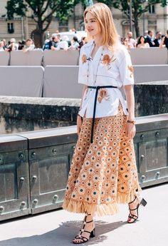 Look acinturado com camisa floral, saia estampada floral, cinto e sandália.