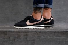 Check out the Nike Wmns Cortez Black and Light Bone, women's running with a knit look and a metallic bronze Swoosh (Nike logo). Nike Cortez Black, Nike Cortez Leather, Nike Cortez Rose Gold, Gold Sneakers, Best Sneakers, Nike Sneakers, Running Sneakers, Nike Running, Nike Air Max Plus