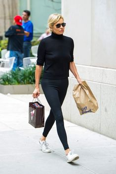 Simple black outfit with tennis shoes. The post Simple black outfit with tennis shoes. appeared first on Casual Outfits. Black Casual Outfits, Business Casual Outfits, Adrette Outfits, Fashion Outfits, Fashion Ideas, Summer Outfits, Winter Outfits, Fashion Mode, Womens Fashion