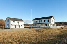 Endast en lång drive från Vallda golf & country club med sin restaurang i världsklass ligger detta New England inspirerade hus med stora härliga ytor invändigt kombinerat med en väl tilltagen a...