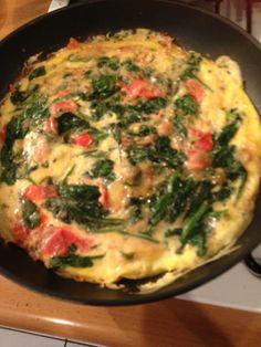 Spinazie omelet 4 eieren( dubbeldooiers had ik) Halve zak spinazie roerbakken 2 tomaatjes in kleine stukjes erbij,eieren losroeren met kruidenpeper,zou,provinciale kruiden,tijm. Deksel,op de pan laten stollen