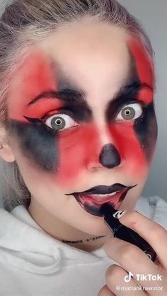 (っ◔◡◔)っ ♥ Check out these halloween makeup ideas for girls🎃👻 ♥ #halloween #halloweencostume #halloweennails #halloweenmakeup #halloweendecor #halloween2020 #halloweenforever #halloweendecoration #halloweentreats #halloween🎃 #halloweenmask #halloweenideas #halloweenspirit #halloweendecorations #halloweenvibes #halloweencostumes Horror Makeup, Scary Makeup, Clown Makeup, Eye Makeup Designs, Makeup Ideas, Easy Halloween Makeup, Beetlejuice Makeup, Bd Art, Creative Makeup Looks