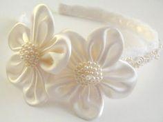 Vintage flor chica, novia o primera diadema de comunión, se siente con magnífico marfil y blanco con encaje, satén y perlas recorte