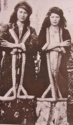 Young Kurdish women from Kermanshan (Iran). Ca. 1925.