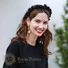 """Eugenia Silva lleva nuestros pendientes """"Girasolitos con Hojas"""" de bronce con baño de oro - www.rocioporresjoyas.com"""