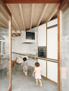 architecten have transformed a row house in Sint-Niklaas, Belgium into a wonderful, light-filled family home - a skilful example of old meets new. Interior Architecture, Interior And Exterior, Interior Design, Studio Kitchen, Kitchen Design, Kitchen Sink, Kitchen Ideas, Wooden Columns, Kitchen Interior