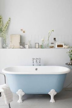 salle de bain baignoire bleu pastel sur pied et mur de carrelage blanc white tiles