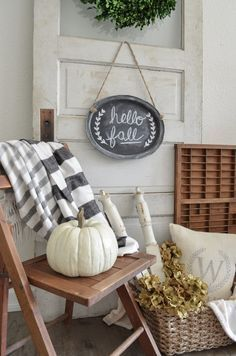 Vintage Farmhouse Decor Neutral Farmhouse Fall Decor with Vintage Door - Take a look at this farmhouse style neutral fall decor. Decorating a vintage door for a backdrop to this simple fall corner.