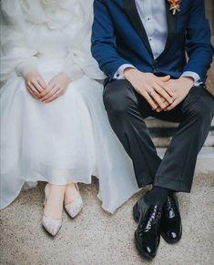 Muslim Couple Photography, Photography Poses, Wedding Photography, Muslim Wedding Dresses, Wedding Dress Sleeves, Cute Muslim Couples, Cute Couples Goals, Lovely Perfume, Wedding Preparation