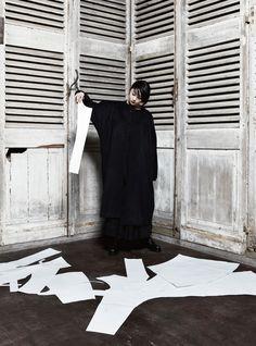 「ヨウジヤマモト プリュス ノアール(YOHJI YAMAMOTO + NOIR)」が2017-18年秋冬コレクションを発表した。