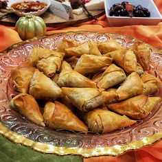 Phyllo Triangles With Cheese Greek Appetizers, Popular Appetizers, Quick And Easy Appetizers, Appetizer Recipes, Cheese Recipes, Greek Cheese, Good Food, Yummy Food, Fun Food