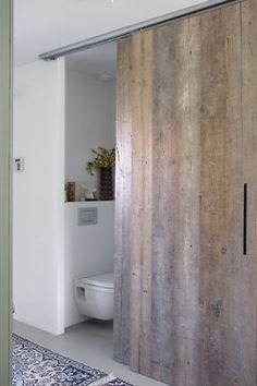 De toilet en detail van de deuren. Deze schuifdeuren zijn in het hele huis gebruikt. Doors And Floors, Windows And Doors, Bathroom Inspiration, Interior Design Inspiration, Minimal Bathroom, Small Room Decor, Attic Design, Log Homes, Home Bedroom