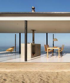 Дом W (Casa W) в Чили от 01Arq. Этот минималистский дом построен на пустынном участке у самого берега Тихого океана недалеко от чилийской столицы. Океанский фасад полностью остеклён, чтобы максимизировать вид. План простой и хорошо зонированный - с одной стороны расположена общая зона с кухней-столовой-гостиной, с другой - три спальни. Особенностью дома стали два закрытых двора, больше похожие на комнаты без перекрытий, расположенные с обратной стороны дома - их появление вызвано частыми и…