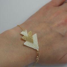 Bracelet compose d'un triple flash tisse en perles miyuki délicas dore et blanc et Une chaine en gold filled 14 k. Le bracelet ferme par un fermoir a ressort de 5 mm en gold fille - 10955431
