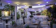 No es la primera vez que nos pasa y seguro que no será la última, pero de nuevo nos hemos encontrado un espacio con mucho que respetar y en el que tenemos que intervenir: la terraza del clásico Blues Bar, en La Platja de la  Marineta de Denia.