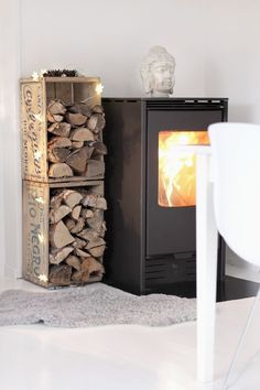 You need a indoor firewood storage? Here is a some creative firewood storage ideas for indoors. Lots of great building tutorials and DIY-friendly inspirations! Boho Deco, Firewood Rack, Indoor Firewood Storage, Wood Burner, Wood Crates, Home And Living, Living Room Designs, Home Accessories, Sweet Home