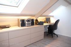 Bureau op zolder – Neue Deko-Ideen Attic office separator: Office in the attic Mezzanine Loft, Attic Loft, Loft Room, Bedroom Loft, Attic Inspiration, Loft Storage, Bedroom Storage, Attic Office, Attic Bedrooms