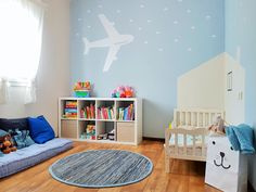 חדר לילד קטן בגוונים עדינים ורכים, חדר שנותן תחושת מרחב  ומשמש לרביצה, שינה ופנאי