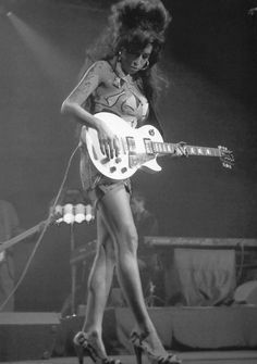 Amy Winehouse - musical girls with great legs! Janis Joplin, Amy Winehouse, Robert Johnson, Female Guitarist, Female Singers, Jimi Hendricks, Women Of Rock, Guitar Girl, Soul Music