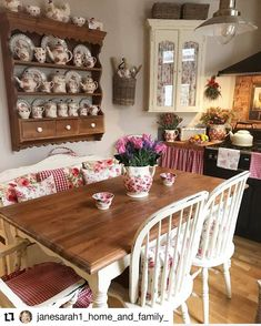 How is this house, though not crowded but pretty? Country Cottage Interiors, Cottage Style Decor, Cottage Kitchens, Home Kitchens, Cosy Kitchen, Farmhouse Kitchen Decor, Country Kitchen, Granny Chic Decor, Home Luxury