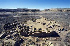 EEUU 15 Cultura chaco  Durante más de 2.000 años, los indios pueblo ocuparon una vasta región del sudoeste de Estados Unidos. El Cañón Chaco, núcleo principal de la cultura pueblo entre los años 850 y 1250, fue un centro ceremonial, comercial y político situado en la región prehistórica de Las Cuatro Esquinas.