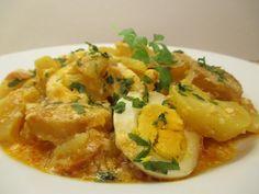 Szinte mindenki szereti: krumpli, tojás, kolbász, tejföl, vaj -csupa finom hozzávaló. Kell ennél több? Thai Red Curry, Vaj, Chicken, Ethnic Recipes, Cubs
