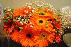 Casamento Romantico com flores laranjas para decorar a mesa do bolo. Mini wedding gérberas