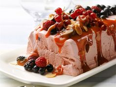 Upea semifreddo valmistuu vaivattomasti vähistä raaka-aineista. Kruunaa jälkiruoka kinuskikastikkeella ja paahdetuilla mantelilastuilla. Dessert Recipes, Desserts, Waffles, Goodies, Ice Cream, Pudding, Sweets, Breakfast, Ethnic Recipes