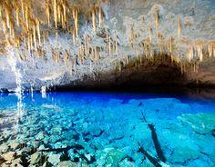 Centro-Oeste  Gruta Azul, Mato Grosso do Sul  Impressionante caverna na região de Bonito, a Gruta Azul tem numerosas estalactites e formações geológicas. Mas é após uma descida de 100 metros que os visitantes se deparam com o visual estonteante de um lago subterrâneo de águas azuis.    Foto: Visit Brasil/Divulgação  http://www.terra.com.br/turismo/infograficos/100-paisagens-do-brasil/
