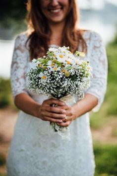 Lässige Gartenhochzeit mit Vintage Chic Bridal Bouquet in Yellow and White – Casual Garden Wedding with Vintage Chic Wedding Beauty, Chic Wedding, Wedding Day, Wedding Weekend, Wedding Blog, Diy Wedding Favors, Wedding Decorations, Fleurs Diy, Fall Wedding Flowers