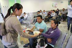 Las y los alumnos del Grupo 105 Turno Vespertino de este centro educativo del #Cobaem_Morelos repartieron, este fin de semana, frutas, agua de sabor y chilaquiles a quienes se encontraban en las áreas de espera de Urgencias y Hospitalización del #IMSS, ubicado en la capital morelense.  #SerBachillerEsUnOrgullo #Cobaem_Morelos