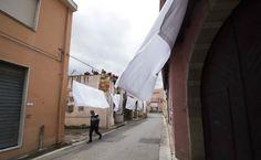 san sperate le lenzuola bianche stese in tutto il paese (foto stefano anedda)