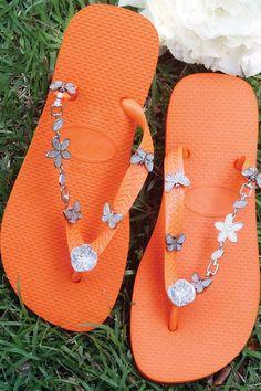 15 DIY flip flop ideas - How to decorate your summer sandals - DIY Masters Orange Flip Flops, Best Flip Flops, Flip Flops Diy, Decorating Flip Flops, Handmade Gifts For Friends, Diy Clothing, Flip Flop Sandals, Flipping, Diy Fashion