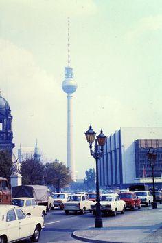 Berlin Hauptstadt der DDR 1986 Fernsehturm und Palast der Republik