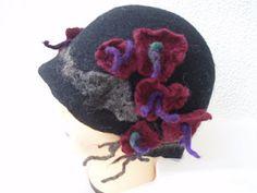 cloche romantica - eenvoudig hoedje met eenvoudige bloemen. Leuk hoeft niet ingewikkelder te zijn dan dit.