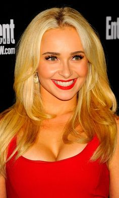 Really nice look from Hayden Panettiere ! Love it ! Red dress match with red lips ! And her hair are great also !