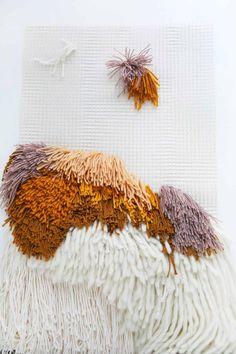 Latch Hook Wall Hanging DIY – A Beautiful Mess – Leslie McReynolds – weberei Weaving Wall Hanging, Weaving Art, Tapestry Weaving, Loom Weaving, Hanging Wall Art, Wall Hangings, Diy Hanging, Yarn Wall Art, Diy Wall Art