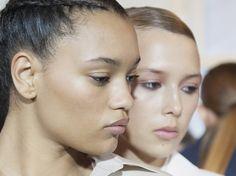 Glattere und prallere Haut können tatsächlich auch Methoden erzielen, die gänzlich ohne Nervengift auskommen. Für ähnliche, sehr natürliche Effekte sorgt zum Beispiel Hibiskus, die im Fachjargon auch als Botox Plant bekannt ist. Hibikus wirkt...