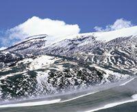 Las fuentes de agua en la alta montaña dependen, en buena parte, de la fusión de los glaciares -cuando están presentes-, de las lluvias y del aporte de la neblina. Estos procesos son muy vulnerables a los cambios generados por la actividad del hombre.  Lad