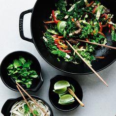 Nem wok med oksekød, savojkål og rød peber
