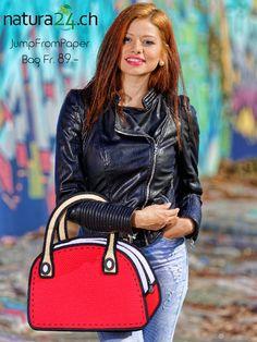"""JumpFromPaper """"Carly Sweetie"""" kannst Du im Creativa in Aarau in Echt bewundern. Sind sie real? Ja, sie sind echt. Obwohl schlank aussehend hat jeder JumpFromPaper Bag einen geräumigen Innenraum für die täglichen Notwendigkeiten. #studhalter.org #creativa #jumpfrompaper #handtaschen #natura24ch #fashionbag #mussichhaben #musthave #creativa1001 Accessories, Fashion, Look Thinner, Room Interior, Hand Bags, Jewelry"""