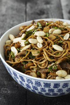 Noedelsla met gemengde champignons en pinda's