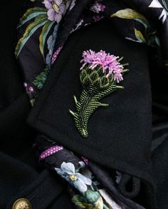 218 отметок «Нравится», 25 комментариев — Украшения.Вышивка.Ботаника. (@terlisiya) в Instagram: «Новый чертополох. Яркий, гармоничный и колючий. Всё как в жизни)) Результат совместного творчества…» Tambour Embroidery, Bead Embroidery Jewelry, Hand Embroidery, Beaded Jewelry, Lesage, Beaded Brooch, Brooches Handmade, Flower Brooch, Beaded Flowers